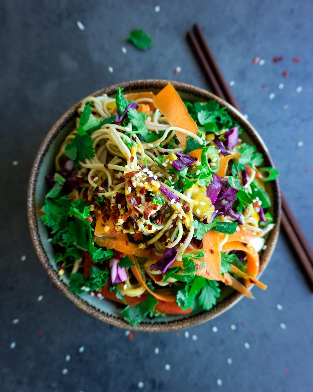 thaise-noedelsalade-olievrije-kerriedressing-vegan-whole-foods-suikervrij-glutenvrije-optie-02.jpg