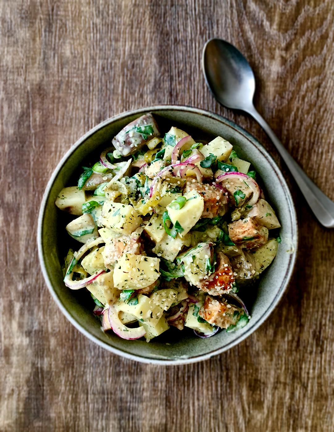 aardappelsalade-met smokey-tempeh-tahin-yogurtdressing-vegan-whole-foods-olievrij.jpg