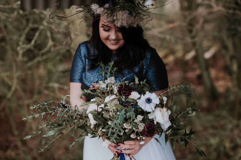 Stylizowana Sesja Ślubna w zimowym lesie AnnabellaPhotography, Fotograf ślubny Nysa (18).jpg