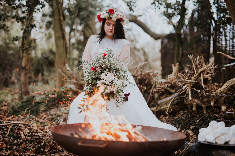 Stylizowana Sesja Ślubna w zimowym lesie AnnabellaPhotography, Fotograf ślubny Nysa (25).jpg