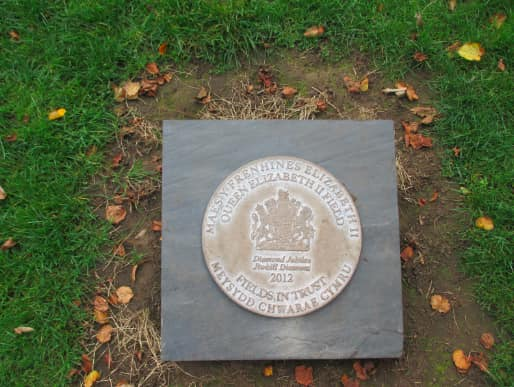 Plaque commemorating the Queen's Diamond Jubilee in ROath Rec (taken from cardiffparks.org.uk)
