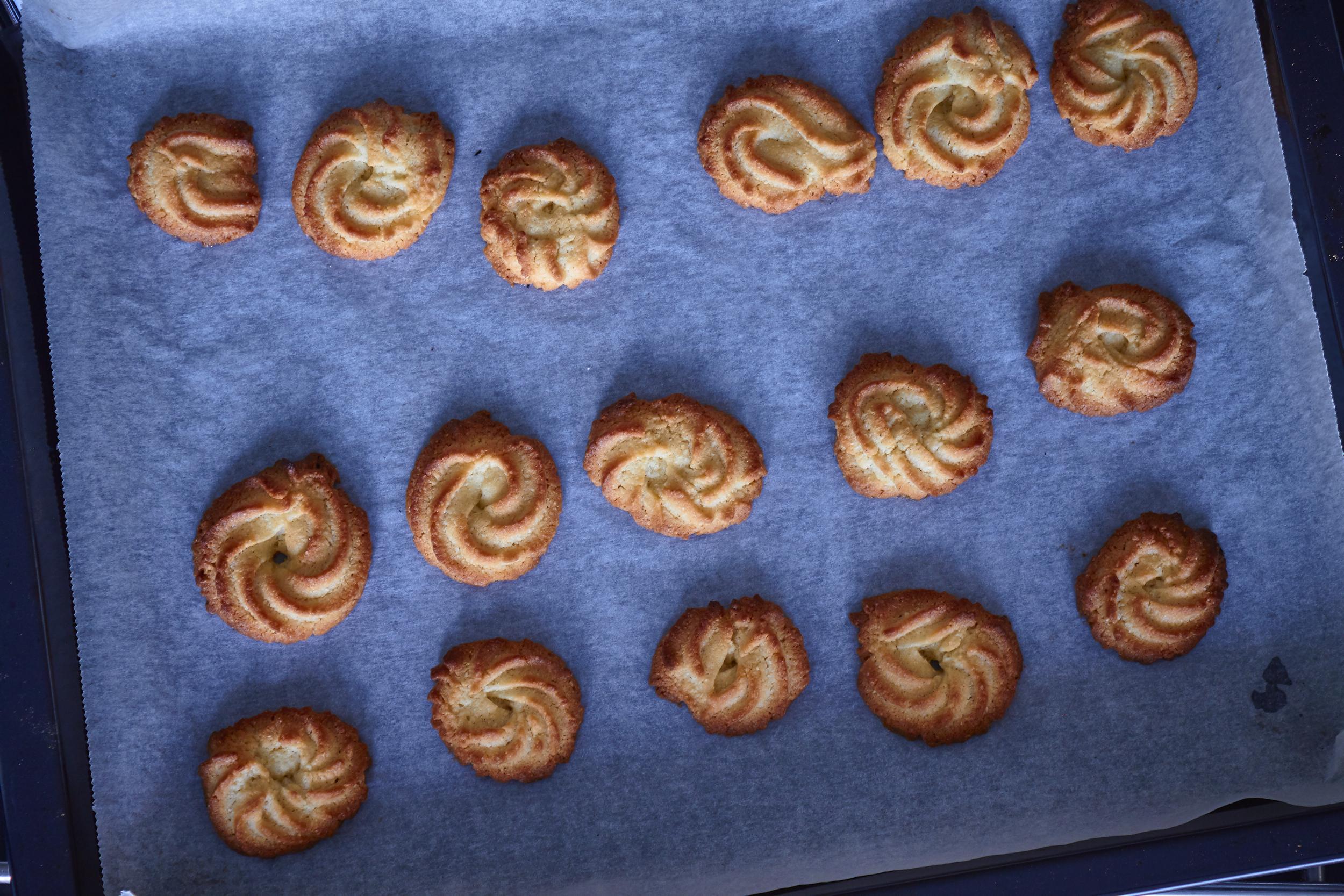 Danish Vanilla Cookies (Vaniljekranse) - yummy vaniljekranse right out of the oven | In Carina's Kitchen