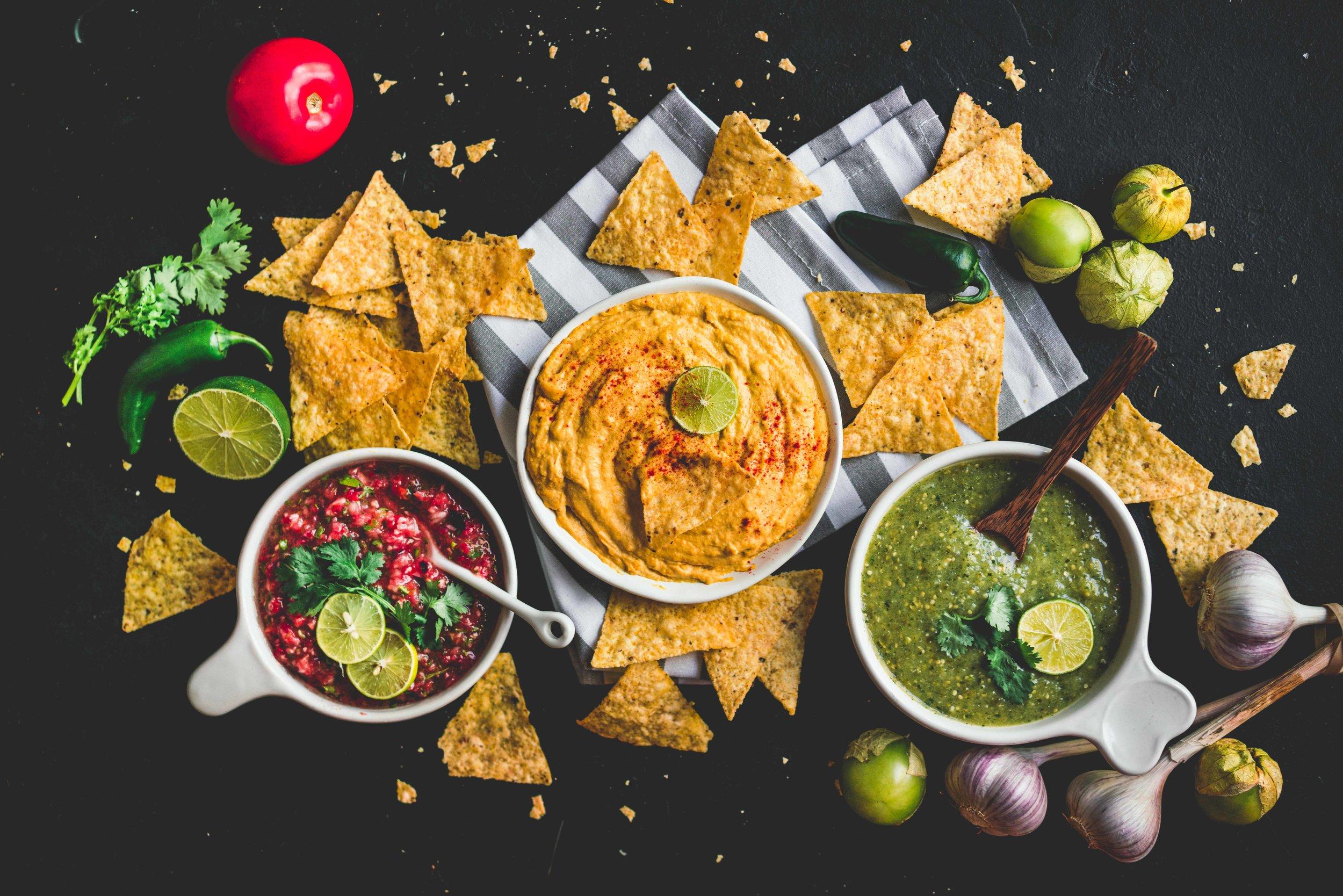 De gauche à droite : salsa classique, queso de noix de cajou, salsa verde.
