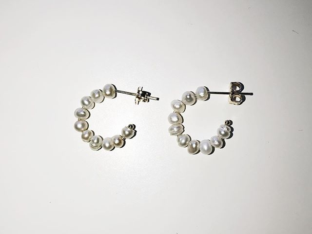 Tiny Pearl Huggies for every summer outfit 🐚 . . . . . #newfave #mantle #jewelry #goldjewelry #madeinla #good #mood #modern #minimalistjewelry #jewellery #smallbizowner #smallbusiness #etsy #jewels #minimalism #ootd #pic #ooakjewelry #ooak #modern #sustainablefashion #truebeauty #supportlocal #ethicalfashion #peoplescreatives #customjewelry #jewelryoftheday #jewelrydesigner #pearlhuggies