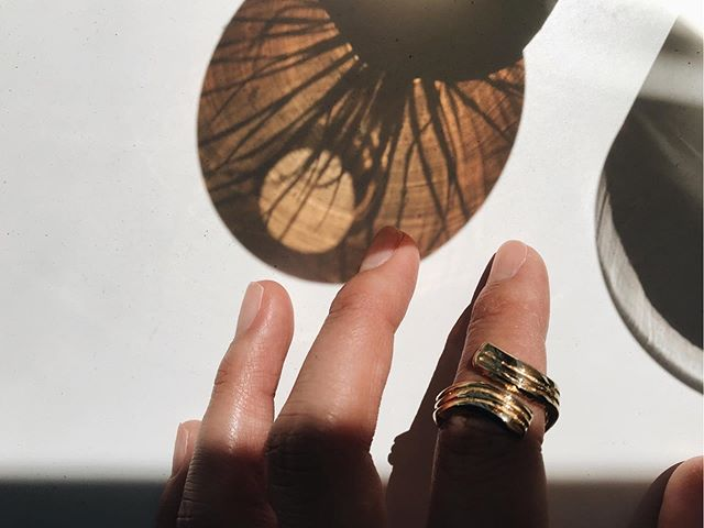 〰️〰️ Playing with Shadows . . . . #light #shadow #mantle #photos #wavering #goldrings