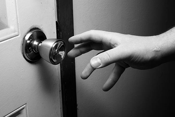 Hand on doorkonb.png