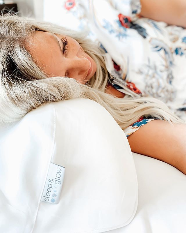 Who else needs their beauty sleep?! 🙋🏼‍♀️🙋🏻‍♀️🙋🏽‍♀️ —— Y'all know that when I love something, I share + as someone who works in the clean beauty space, I'm always on the hunt for products that also have beauty benefits. 🙌🏻 Red light therapy is a great example of that and now I'm on to upgrading my pillow! 🛏 —— Meet my new @sleepandglow ✨ —— Yup...a beauty pillow shaped to minimize morning puffiness and sleep wrinkles (caused by most pillows and pillowcases). 👏🏻👏🏻 And for my ladies with lashes...this is your new BFF 😉 —— The Sleep & Glow is made from memory foam that adjusts to the shape of your face + comes with a silky, soft pillowcase made from 100% organic fabric tencel (eucalyptus fiber).🌿 —— And for those who know my struggle with neck/back pain over the years due to a spinal fusion and scoliosis - proper head/neck support and full body alignment is so important to me! 🙏🏻 —— Pair this up with some killer eye cream (I know a gal for this too 😉 ) and we're talking full blown beauty sleep my friends. 😉👏🏻😴 . . . . #ad #sponsored #sleepandglow #beautysleep #rest #motherhood #cleanbeautyboss #sleepingbeauty #beautytips #beautybloggers #selfcare #boymom #goodnight #goodvibes #motherhoodrising #thursdaythoughts