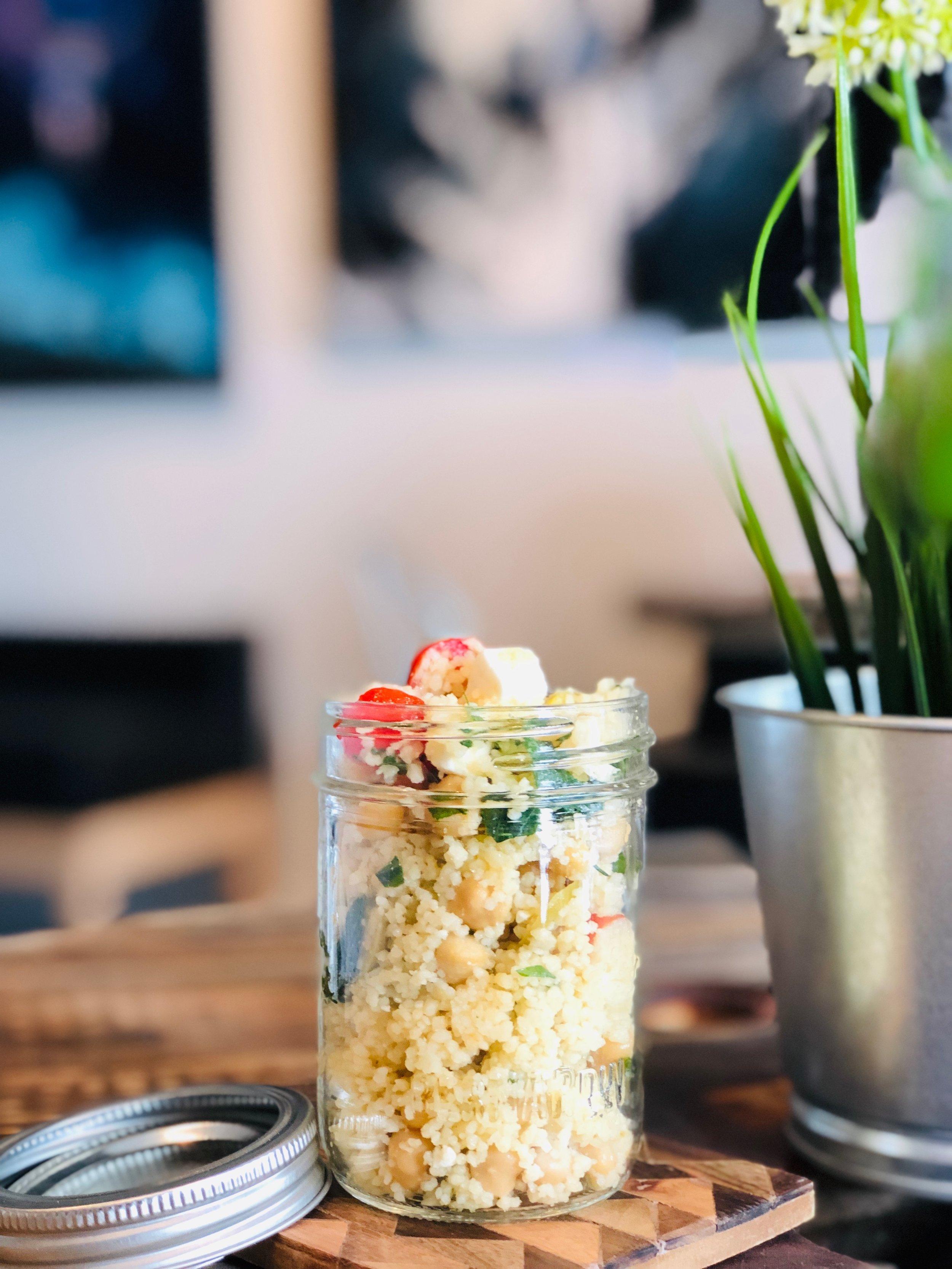 Salade de couscous, pois chiches, fêta de chèvre, tomates, olives -
