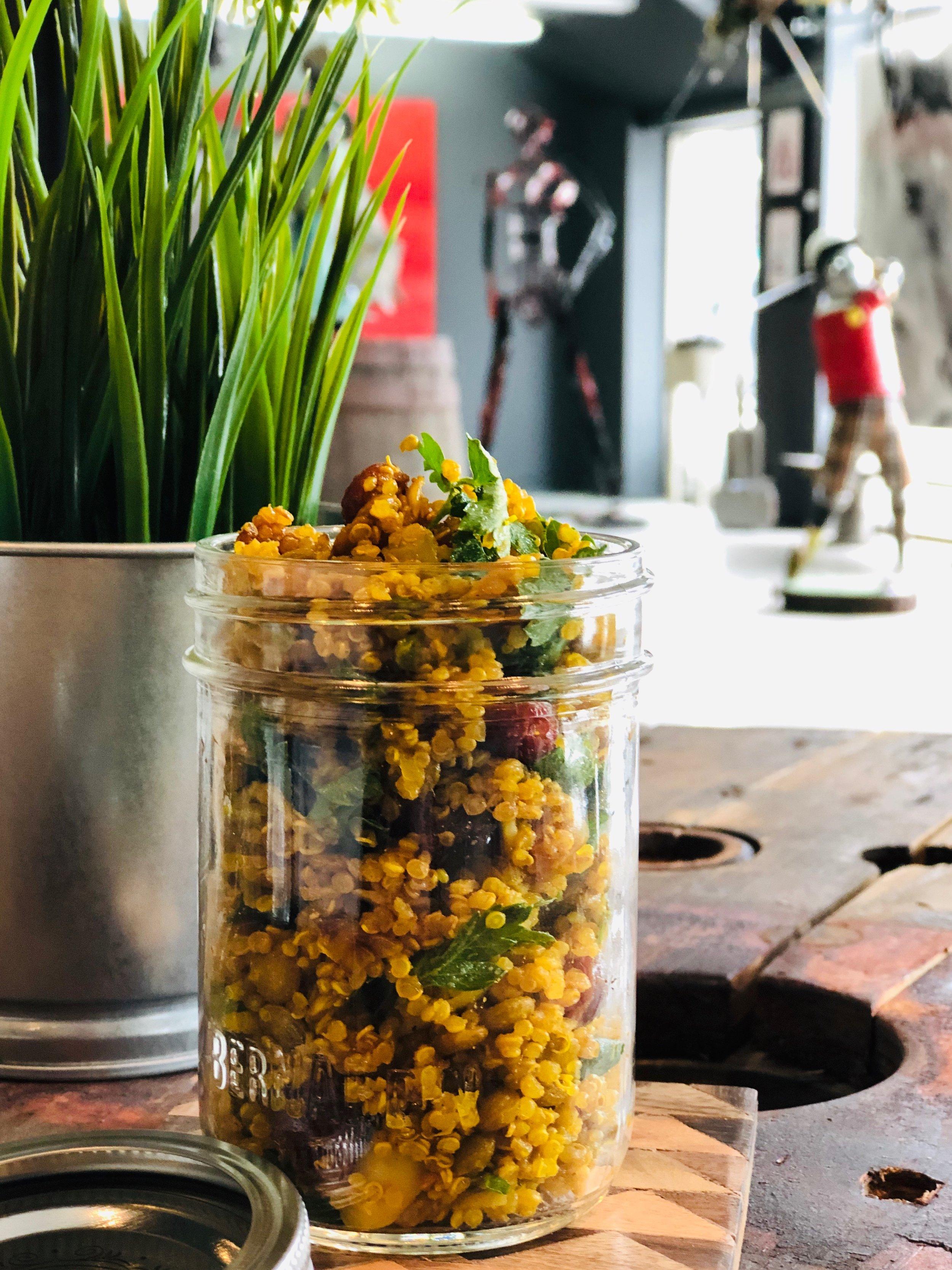 Salade de Quinoa et lentilles, canneberges, amandes, curry -