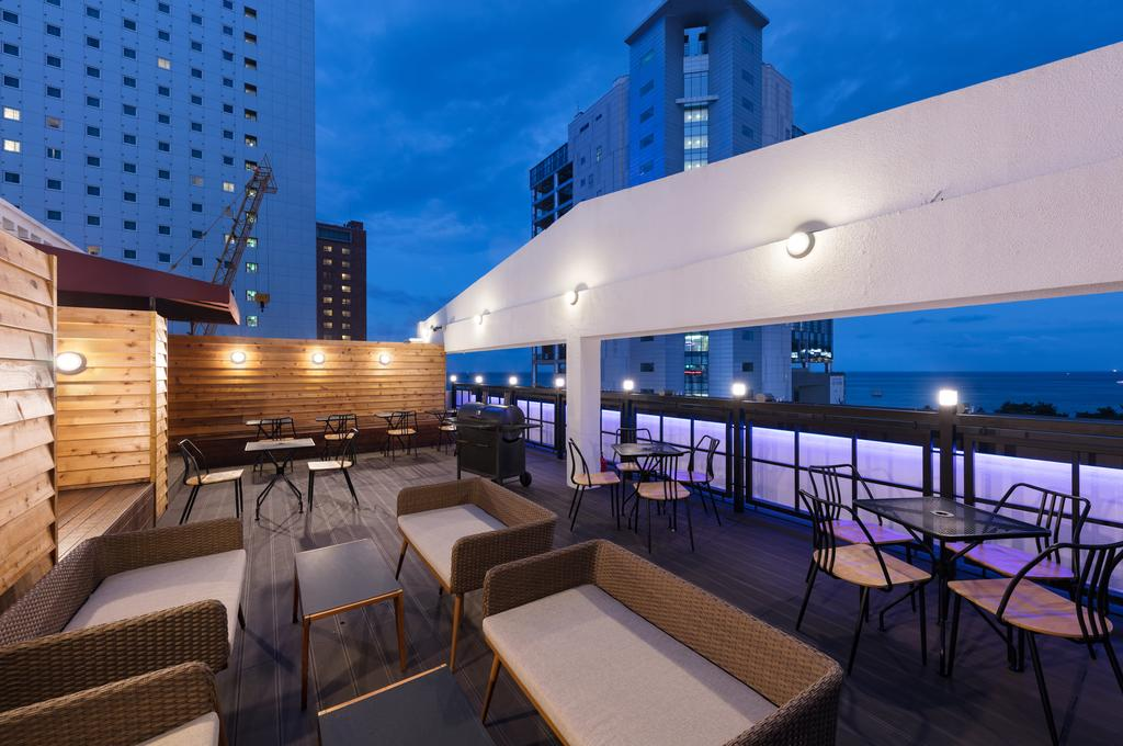 Chill in the rooftop. Image credit:  Booking.com