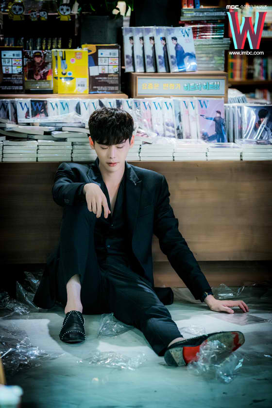 Lee Jong Suk in W — Two Worlds Apart. Image credit:  iMBC