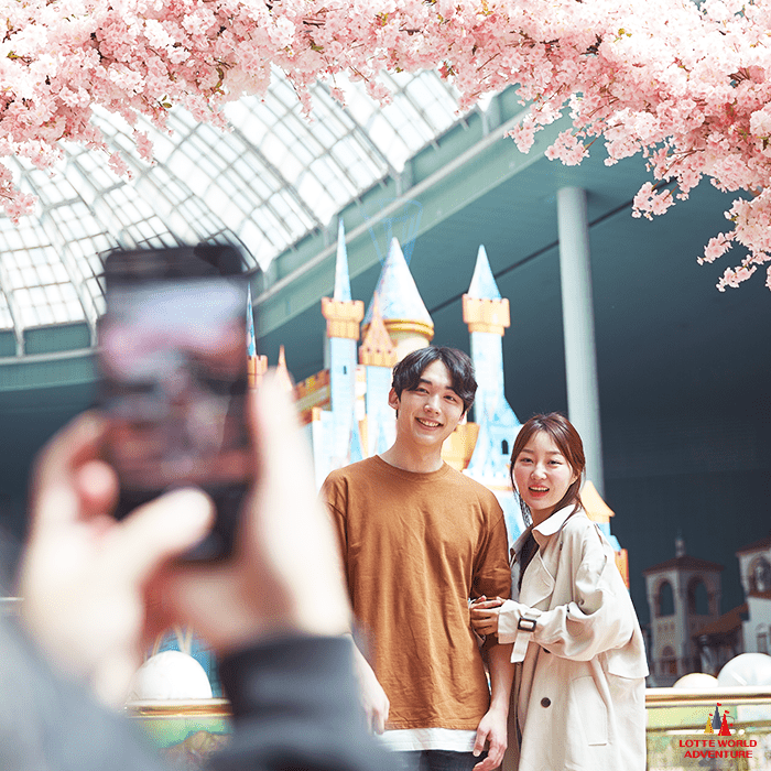 Date time! Image credit:  Lotte World  Facebook Page