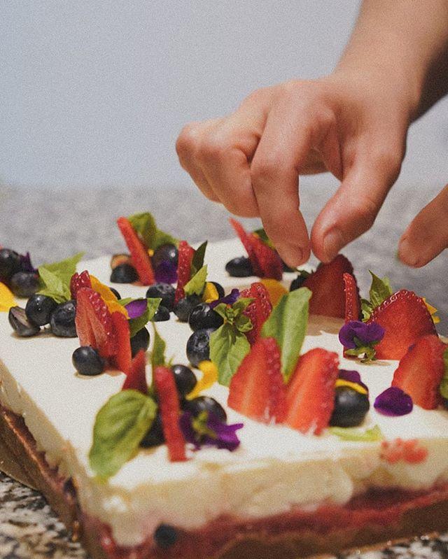 Dressage du cheesecake avant le service par @helenesoulet #coffeeshop #coffee #rouen #cafe #patisserie #cake #pastries #cheesecake