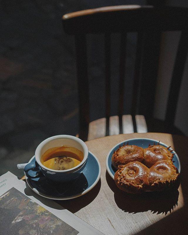 Petit déjeuner sur le pouce #coffeeshop #coffee #rouen #cafe #coffeebreak #coffeeshopsoftheworld #coffeevibes #coffeecorner #coffeecup #expresso #freshcoffee #coffeefeature @anak.kopi #coffeehouse #coffeegeek #specialtycoffee