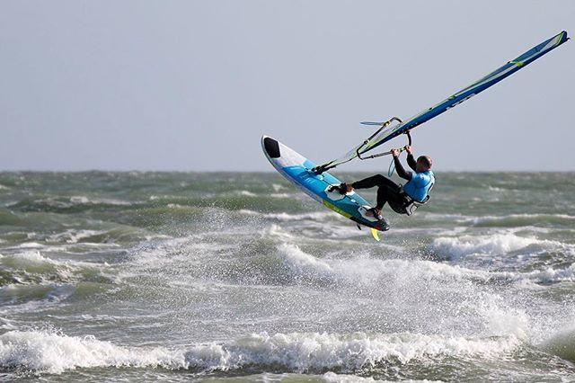 Simon Bassett @2xs.co.uk pre-Storm Hannah #thewitterings #igerswestsussex #westwittering #westwitteringbeach #2xswindsurfing #jamesjaggerphotography #windsurfing #windsurf #windsurfgram