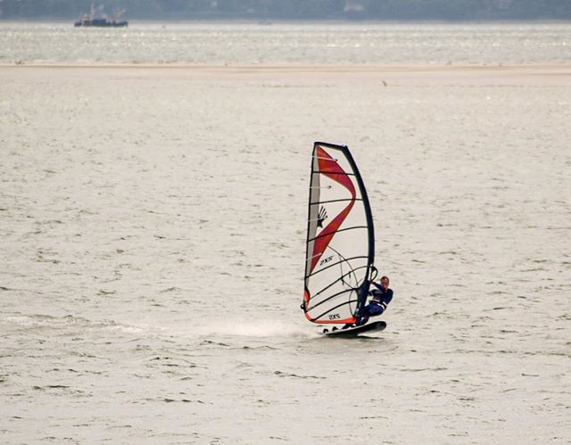 After work blast....30.95mph top speed. Cheers @fatsupadventures for the pic #windsurfgram #windsurfing #windsurf #haylingisland #ezzysails #rrd