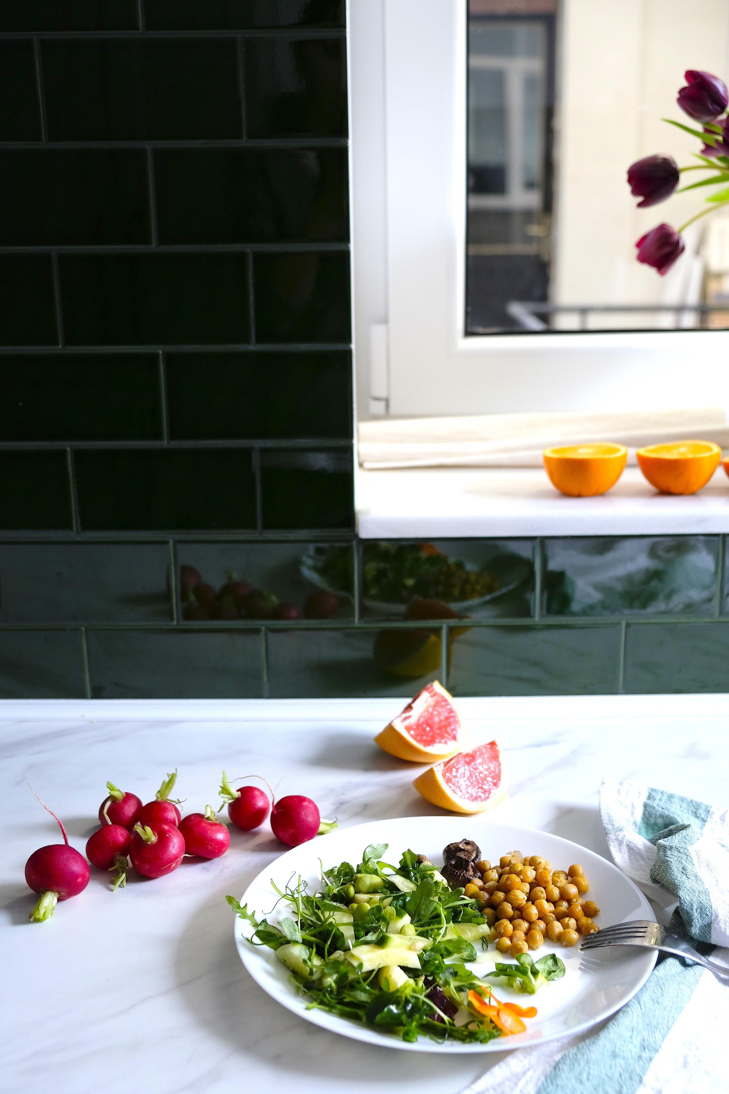 Prânz sănotos_idei pentru birou_salată organică și năut la cuptor_The Nature Project.jpg