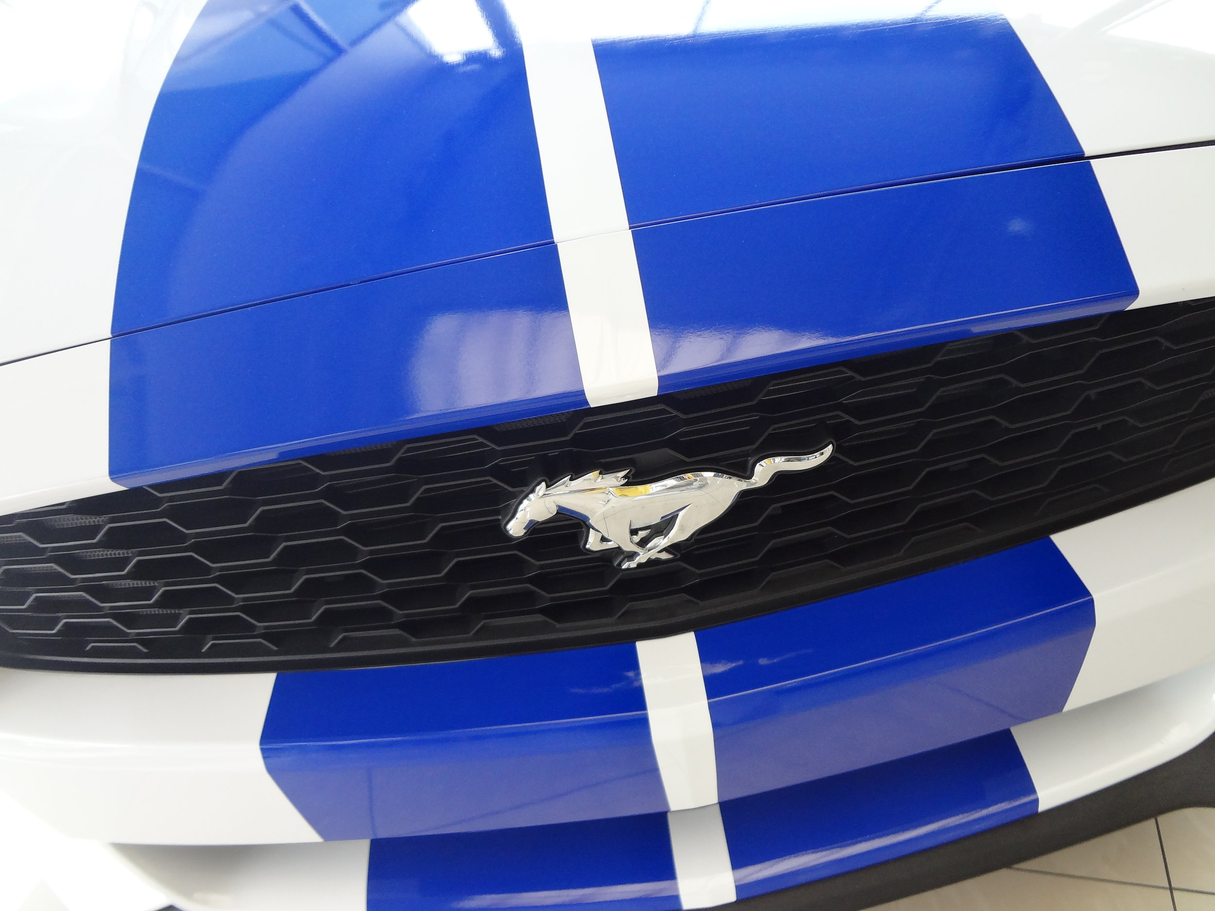 Ford_Mustang_Sixth_generation,_convertible_with_Racing_Stripes.jpg