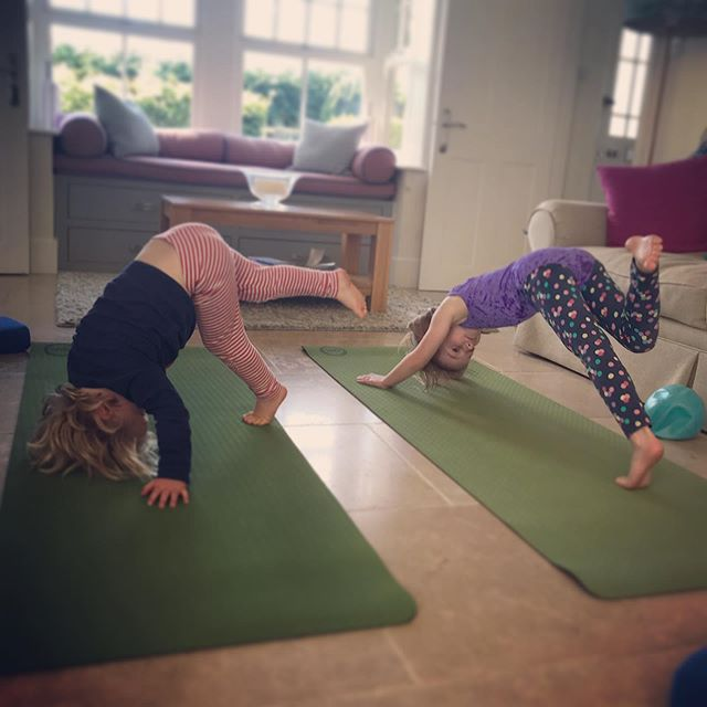 Having a go at some Kids Pilates earlier this week, with my little helpers. Playing the Body Parts game 🤸‍♀️ #appipilates #kidsandteenspilates #startthemyoung