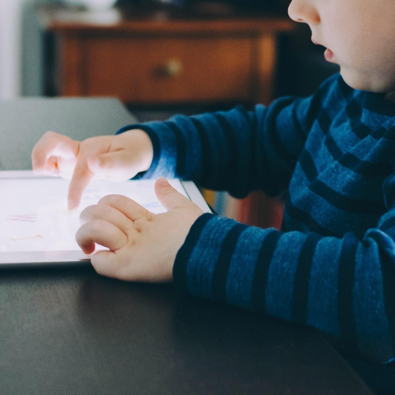 Barn och skärmar -