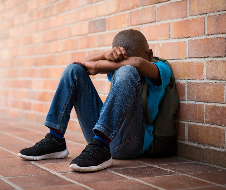 """En 7-årig pojke """"Peter"""" i årskurs två har svårt att sova flera nätter i rad, kissar i sängen och vill inte gå och lägga sig på kvällen. Föräldrarna försöker prata med honom och ta reda på vad som inte är bra. Då berättar Peter att två andra pojkar i klassen har visat GTA för honom och han beskriver upplevelsen som mycket obehaglig. Peter gråter och säger att de gjorde illa flickan och slog mot hennes snippa. Peters föräldrar försöker prata med de andra pojkarnas föräldrar, men får till svar att de inte kommer begränsa tillgången för sina barn att spelet eftersom """"det är omöjligt att få barnen att sluta spela, en omöjlig kamp. De går ändå hem till andra kompisar och spelar."""" - Vittnesmål från mamma, 2018"""