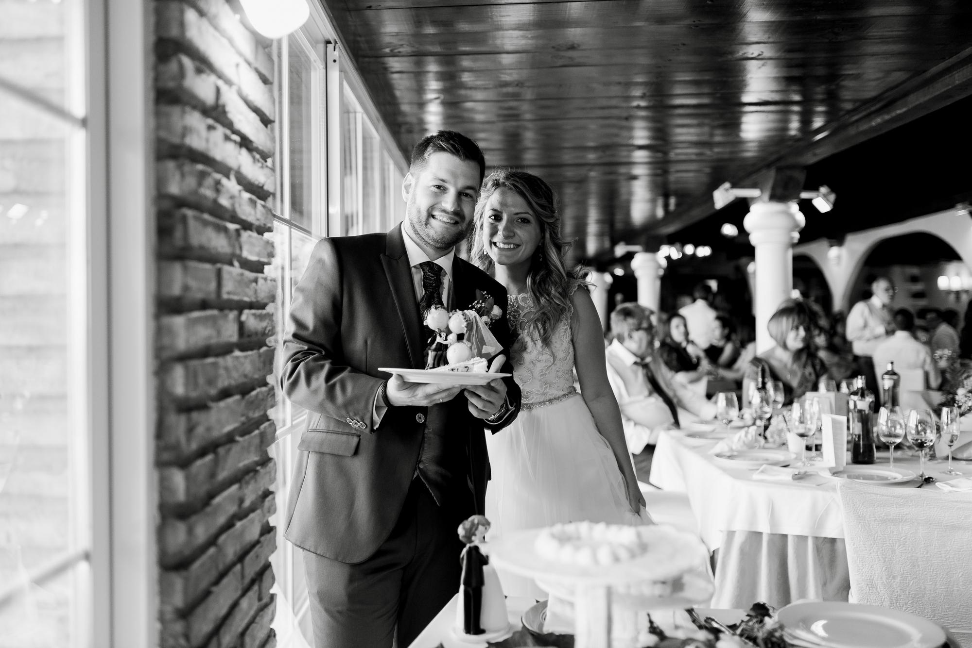 novios partiendo la tarta boda restaurante barros logroño