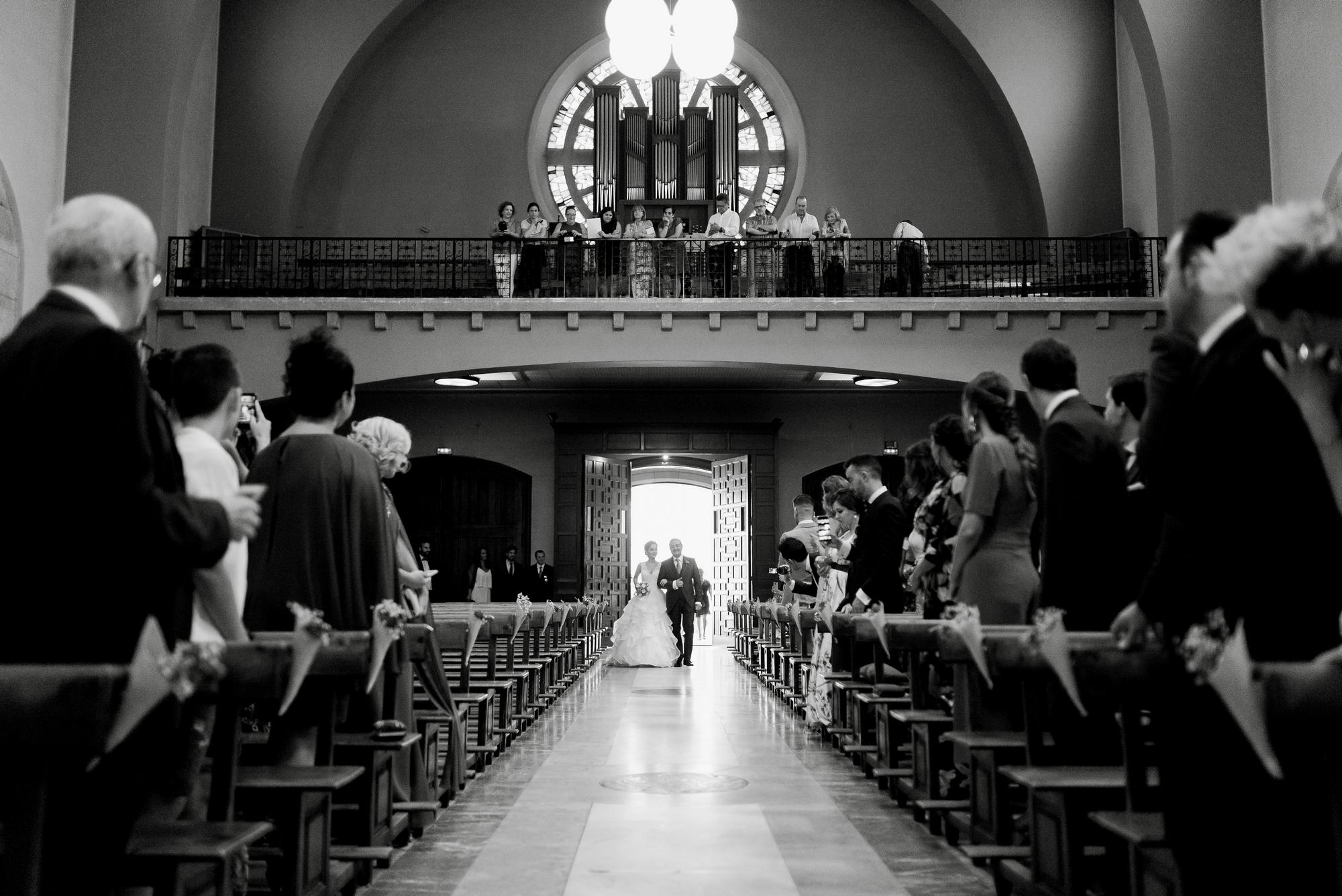entrada novia boda iglesia valvanera logroño fotógrafos