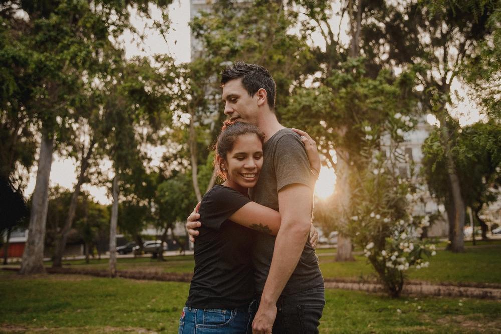retrato la bomba bodas trizyjuan pareja abrazo