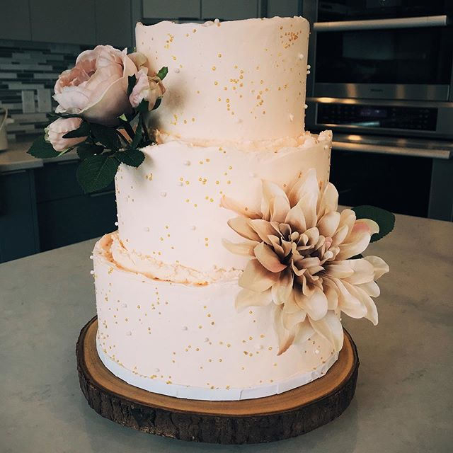 Loved creating this wedding cake for Lauren and Clint replicating the mini versions we had done earlier! Toblerone cake with a white chocolate ganache filling and Amaretto cream frosting.