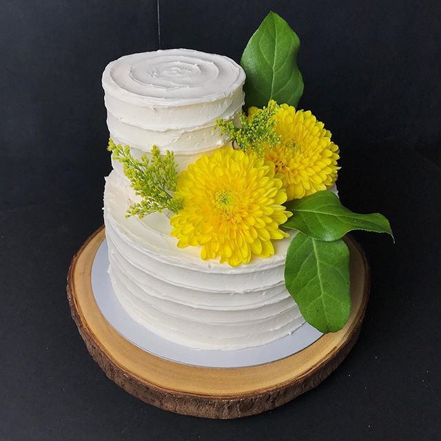 Classic White cake with a Peach Amaretto Cream filling and some beautiful fresh flowers to add some colour! Congrats to the lovely Bride & Groom!