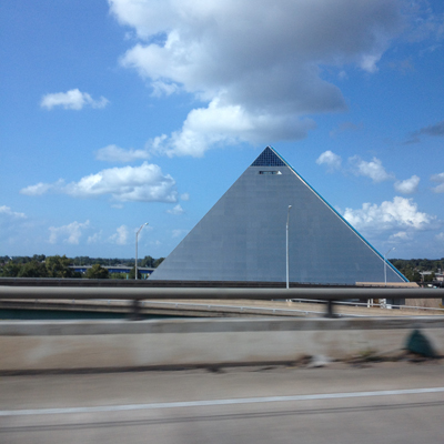 不意に現れた謎のピラミッド