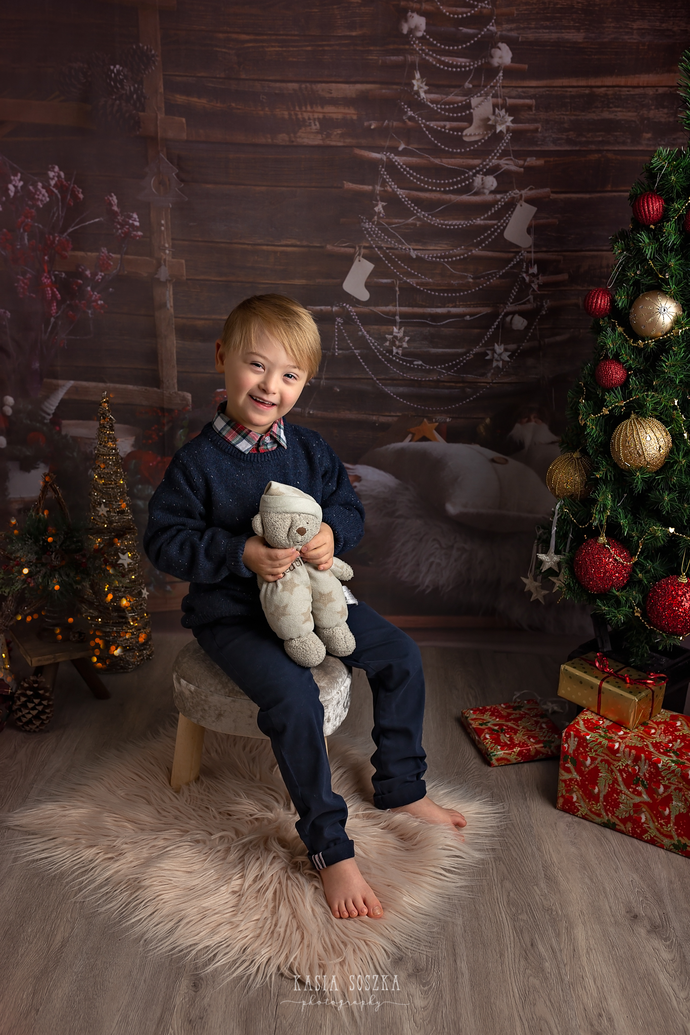Child photographer Leeds, York, Bradford, Harrogate. Christmas Mini Sessions 2018 Leeds: cute little boy posing for a Christmas photo