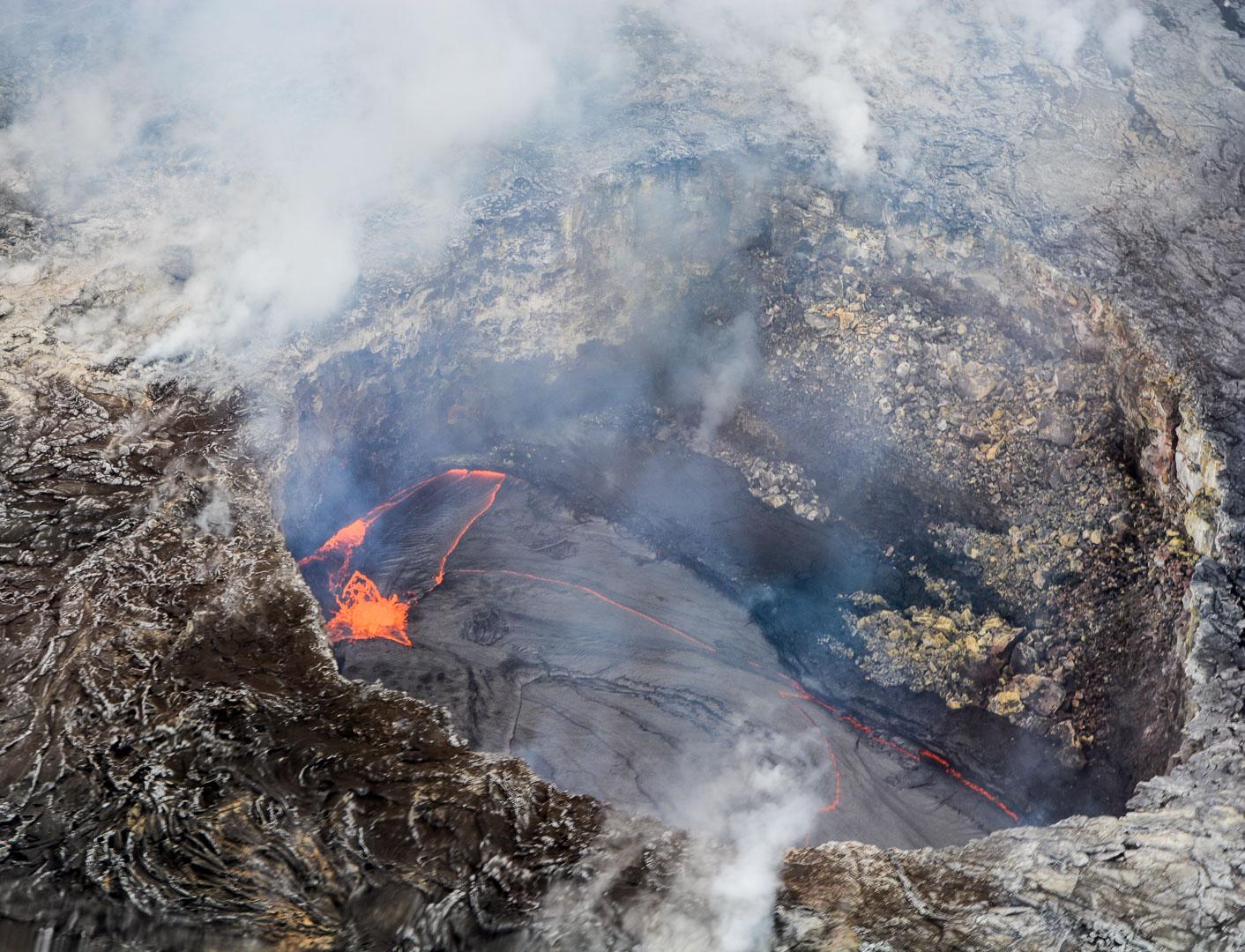 Lava bubbling inside Kiluaea!
