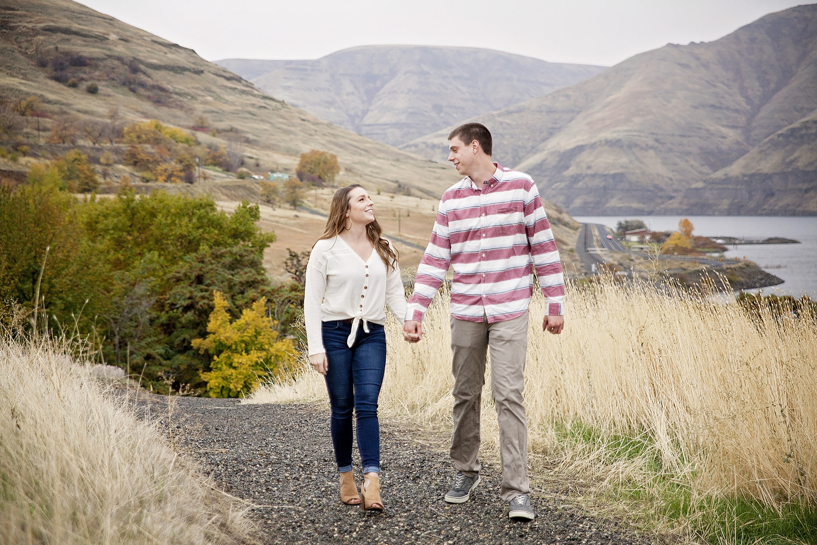 Spokane engagement photographer at the Snake river outside of Pullman, WA