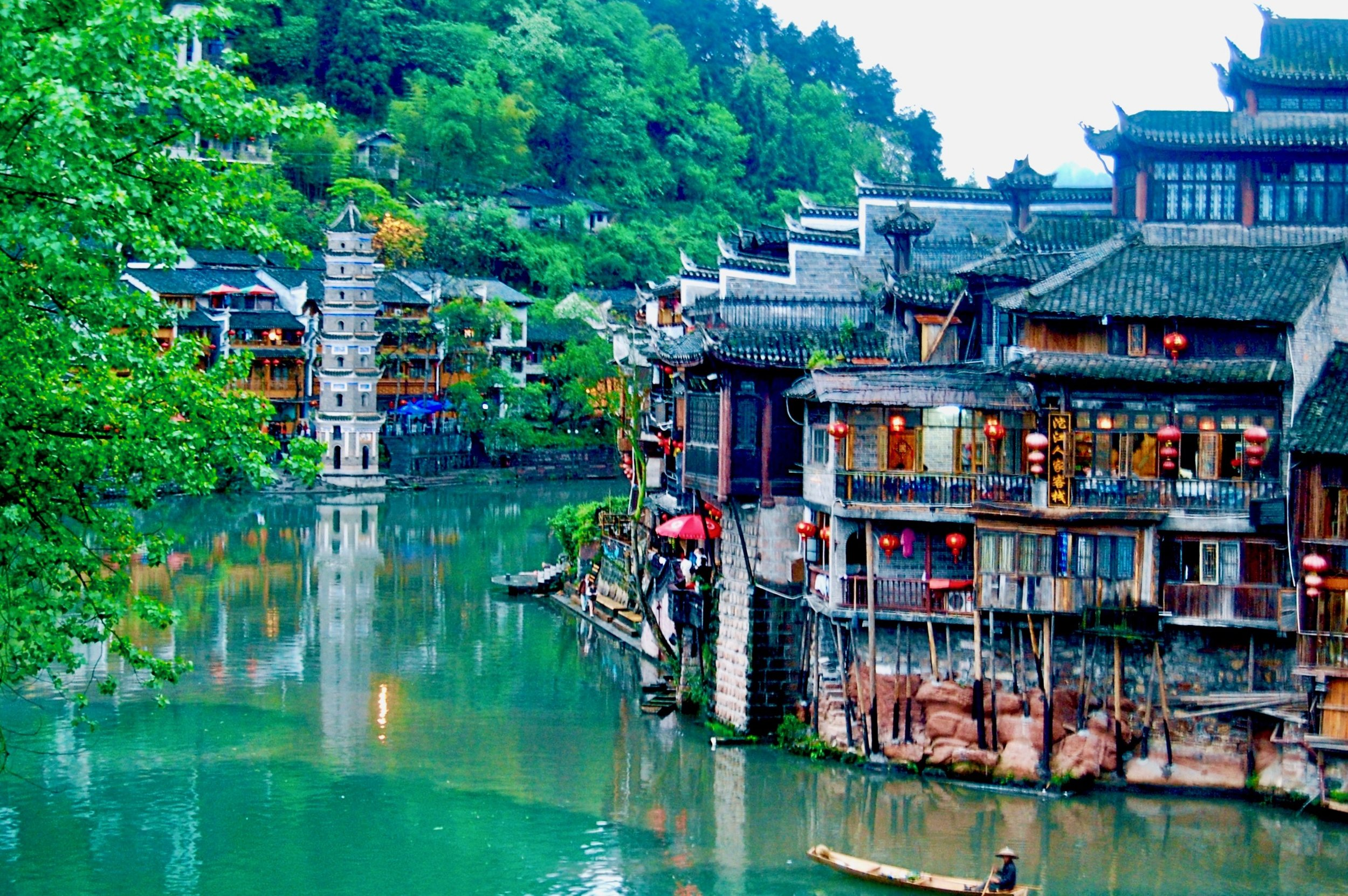 Lazy bend in the Tuojiang River as it meanders its way through the ancient city of Fenghuang (Hunan, China)
