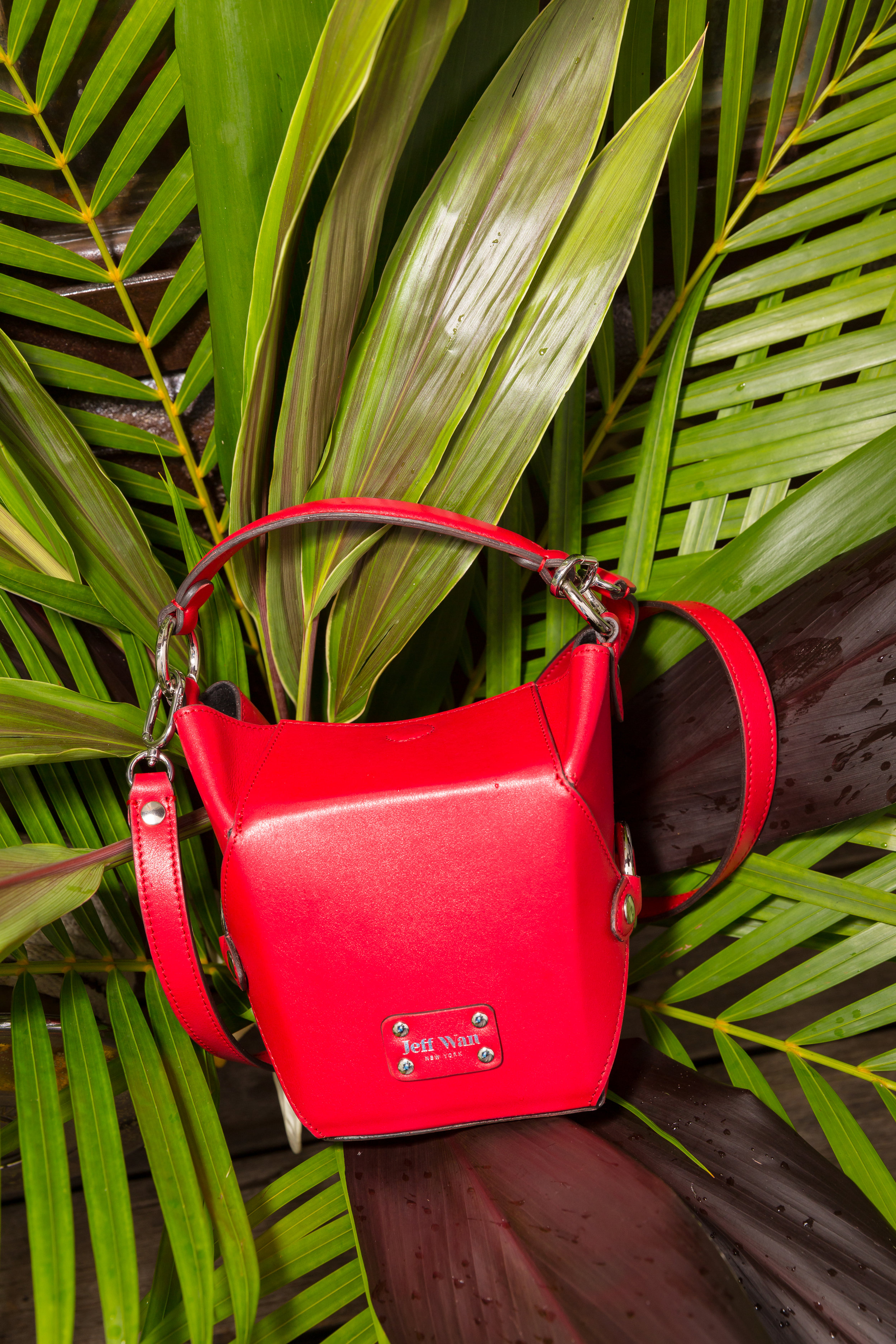 The mini lunch box in red.