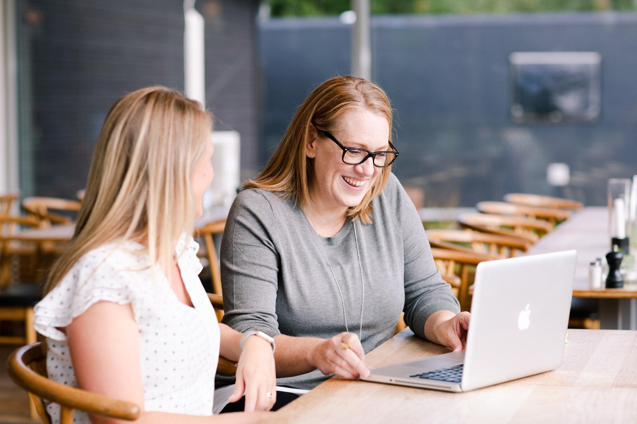 En del i processen med att bygga din hemsida är att ses och gå igenom dina önskemål för webdesignen. När vi säger hejdå har vi gjort en skiss över hur din nya hemsida ska se ut och vad den ska innehålla både när det gäller copywriting och dina foton från personal brand-fotograferingen.