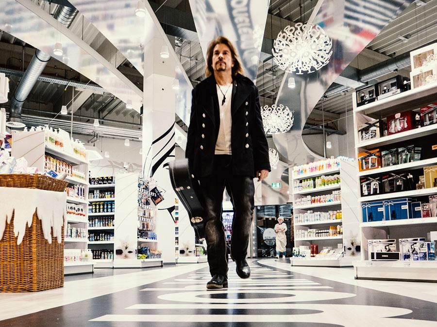 Black Carpet Feeling: Der Düsseldorfer Sänger Mike Morrigan flaniert über den schwarzen Streifen unserer Beauty-Lounge
