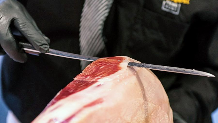 Maschinen würden die zarte Faser zerreißen: Die perfekte Scheibe Schinken darf nur wenige Millimeter dünn sein
