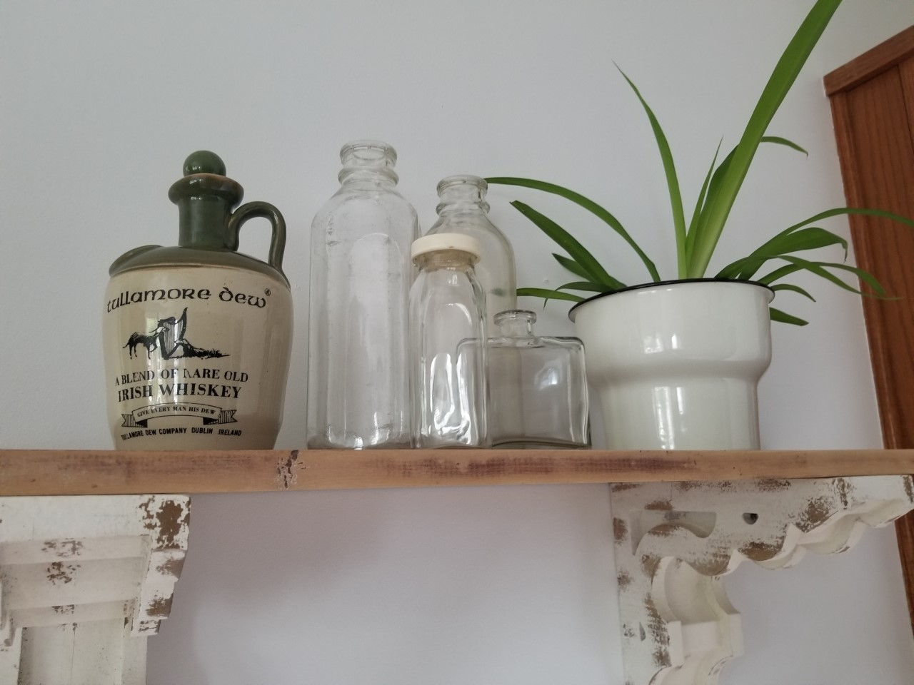 Here's how I style and decorate using the CITRONSYRA   plant pot. The perfect pot for one of my many spider plants that we have throughout our home. This pretty enamel pot has an antique look to it and it goes perfectly with my other antique pieces. A mix of new and old. Love how this display shelf turned out in our kitchen.