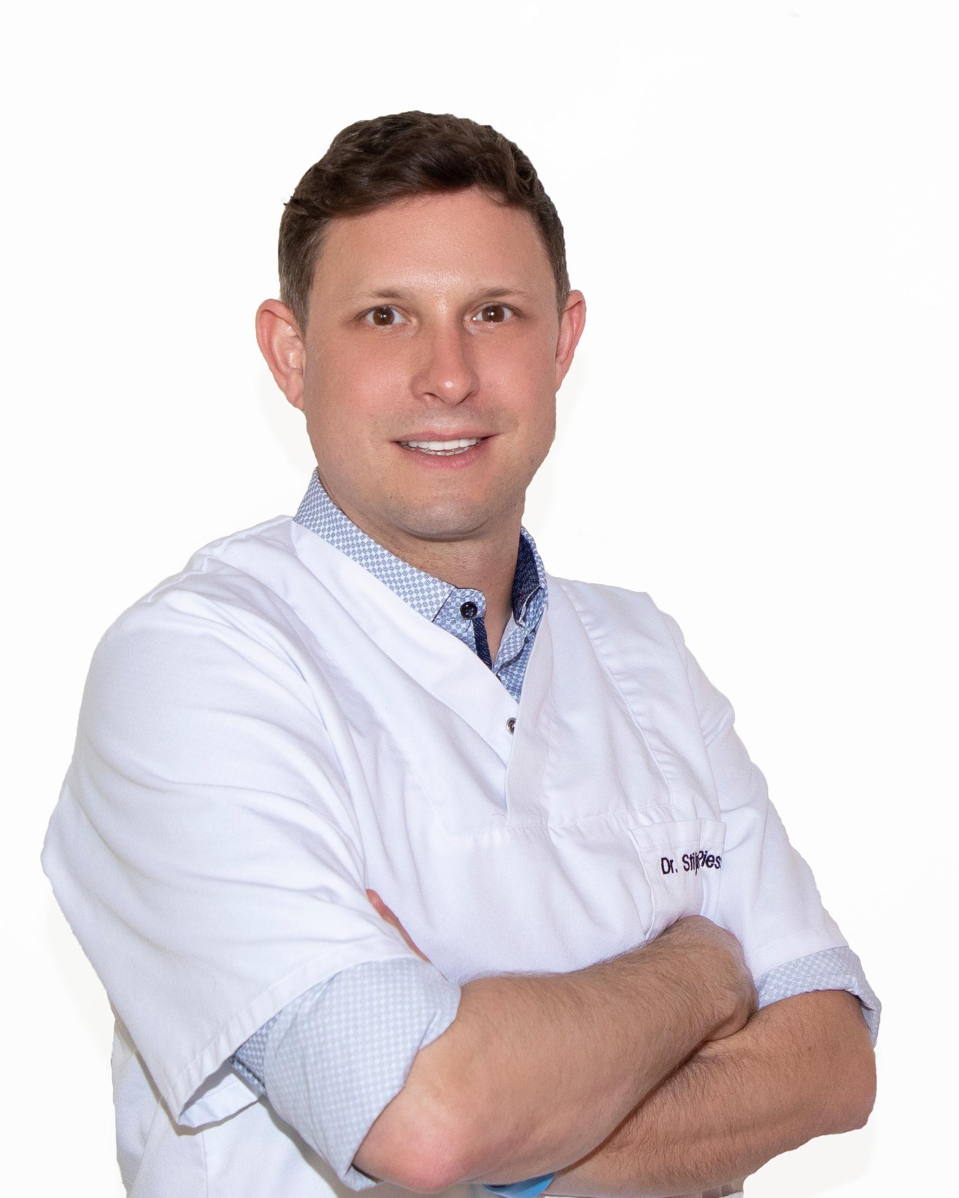 Dr. Stijn Piessens - Dokter Stijn Piessens (°14/06/1979) studeerde in 2005 met onderscheiding af als Master in de Geneeskunde aan de Universiteit van Antwerpen. Reeds tijdens zijn opleiding en carrière als huisarts, verdiepte hij zich in de mogelijkheden en technieken van de esthetische geneeskunde.Zijn achterliggende medische expertise laat hem toe om uitmuntende resultaten te bereiken op het vlak van esthetische behandelingen. Hij begeleidt u op een warme, professionele manier bij uw esthetisch traject.Esthetische behandelingen voor een breed publiekEsthetische behandelingen van hoogstaande kwaliteit zijn het handelsmerk van dokter Piessens. Hij legt zich toe op spierverslappers- en antirimpelbehandelingen voor een breed publiek – van mannen en vrouwen.Ook niet-courante behandelingen zoals rimpelbehandelingen onder de ogen, aan de neus, lippen, hals en handen behoren tot het aanbod.Kwalitatieve productenDokter Piessens gebruikt enkel producten van gerenommeerde merken voor het behandelen van zijn patiënten. Op die manier bereikt hij een optimaal evenwicht tussen medisch vakmanschap en het maximale effect van kwaliteitsvolle, hoogwaardige producten.Dokter Piessens is lid van het BVEG.Maak nu uw afspraak bij Dr. Piessens.