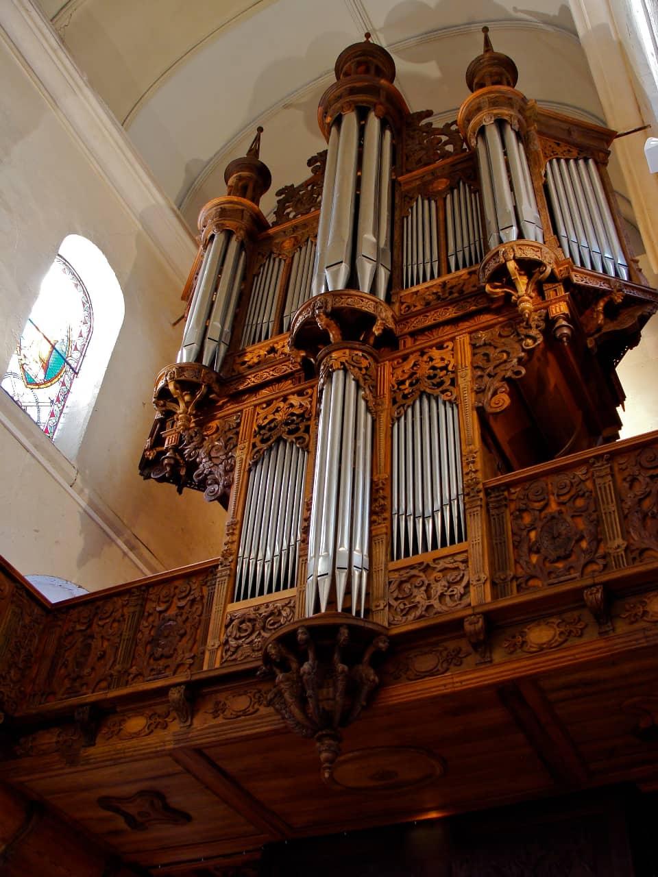 Buffet de l'orgue Renaissance de Mont-Saint-Aignan. Vue en contre-plongée.