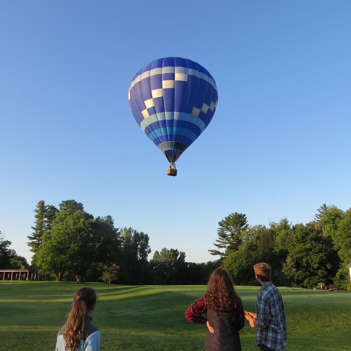 hot_air_balloon_onlookers.jpg