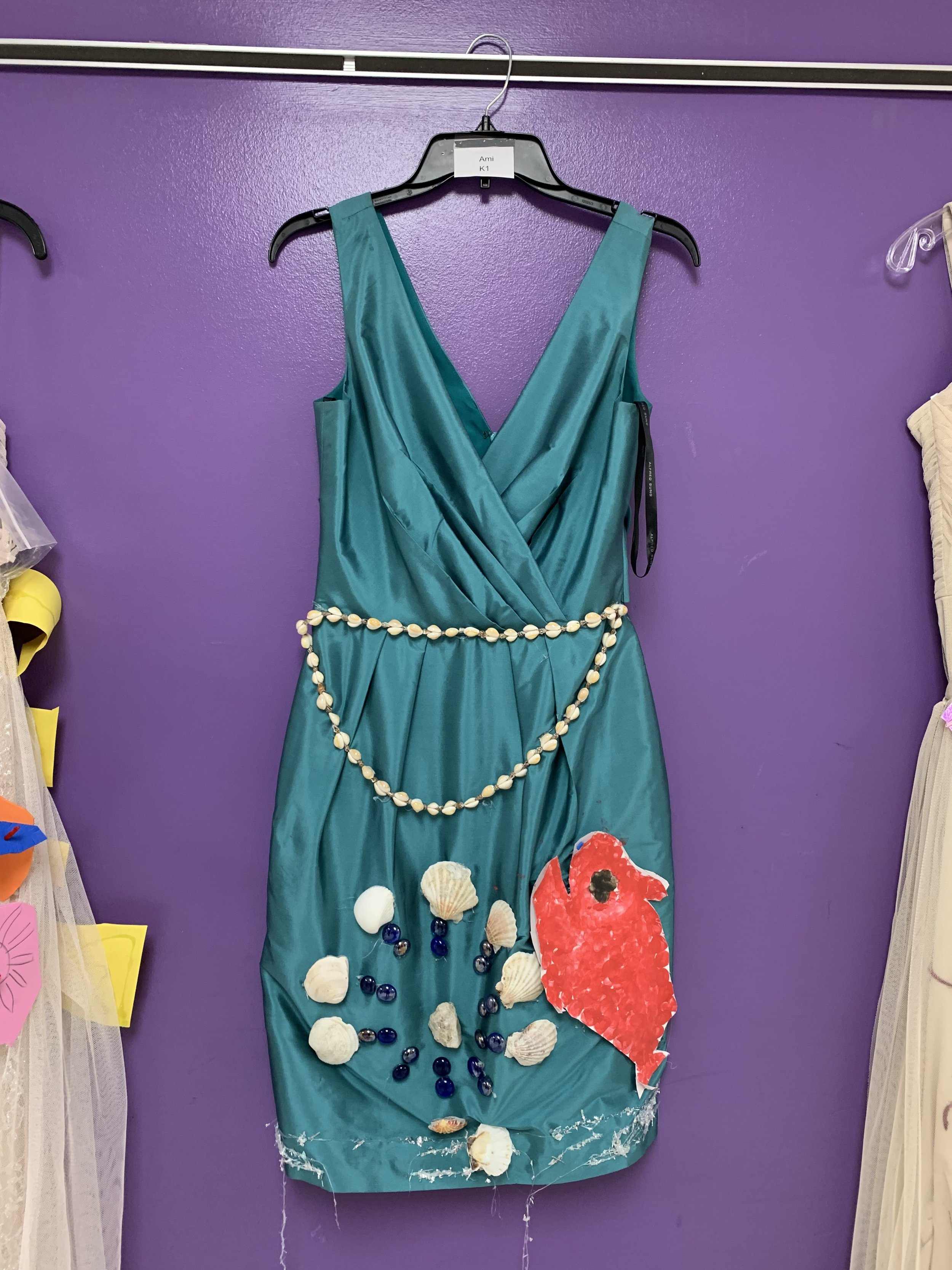 Elementary schoolers decorate dresses as part of art education