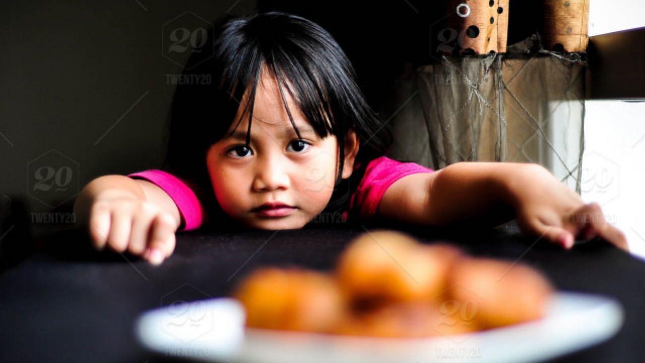 stock-photo-portrait-girl-waiting-hungry-south-east-asia-person-asian-sad-kids-26a3e4f9-037c-48c0-aff6-ef30debfab61.jpg