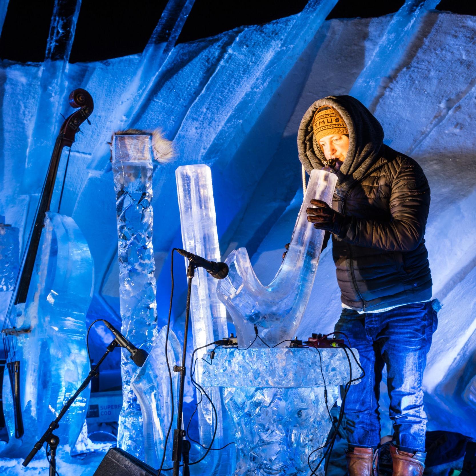 Alle musikere blir utfordret til det ytterste, hva gjelder å beherske de nye instrumentene, laget av frorsset vann.
