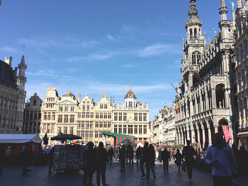 Autoton päivä Brysselin keskustassa. Oikealla Brysselin kaupunginmuseo. Kuva: Eeva Kyllönen