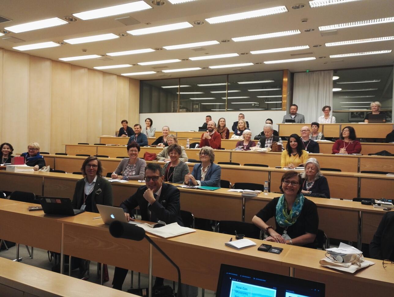 Konferenssin osallistujat Helsingin kaupungintalon auditoriossa.