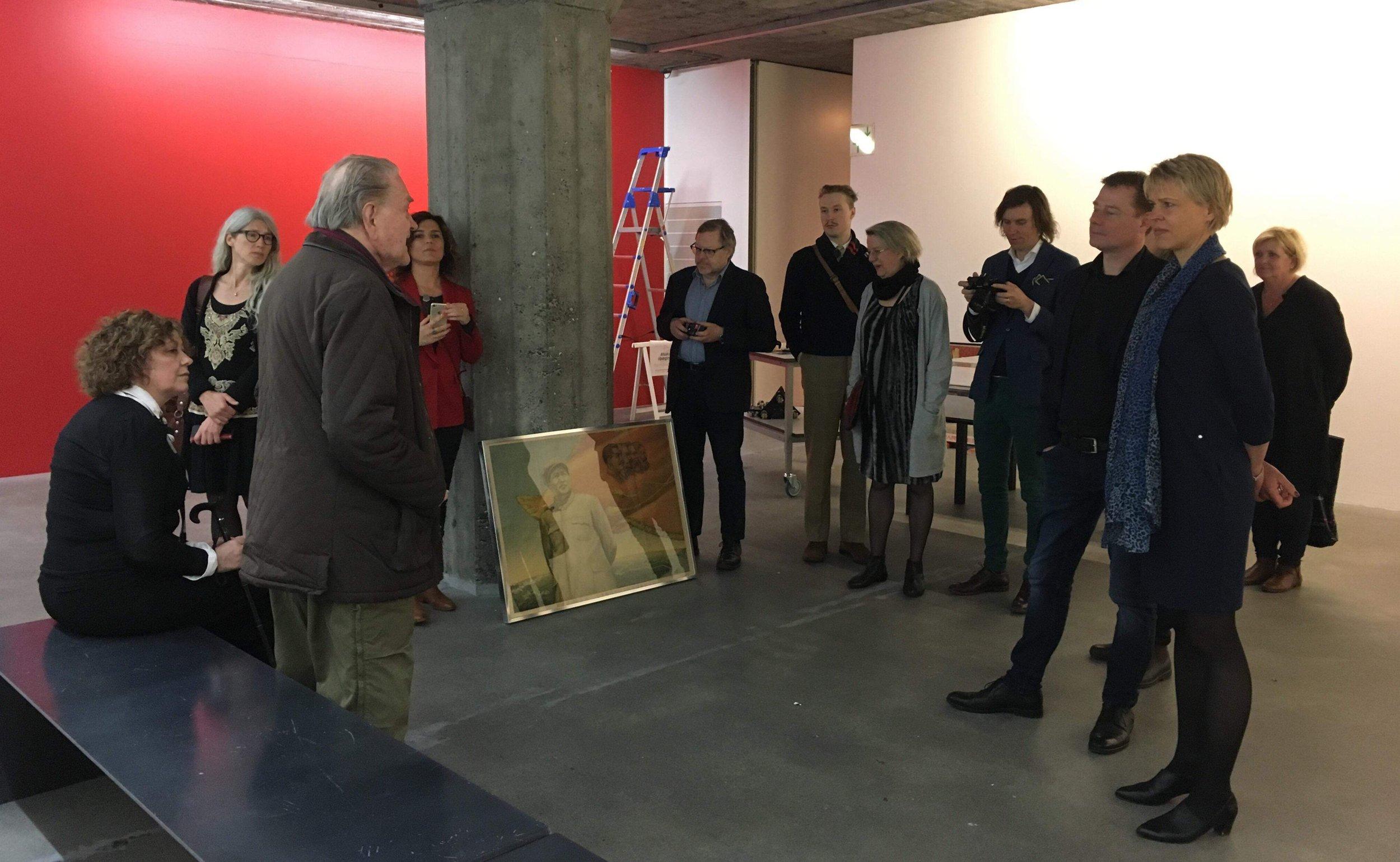 Taitelija Erro esittelee pian avautuvaa näyttelyään ICOM Nord -kokousten välillä. Kuva: ICOM Islanti