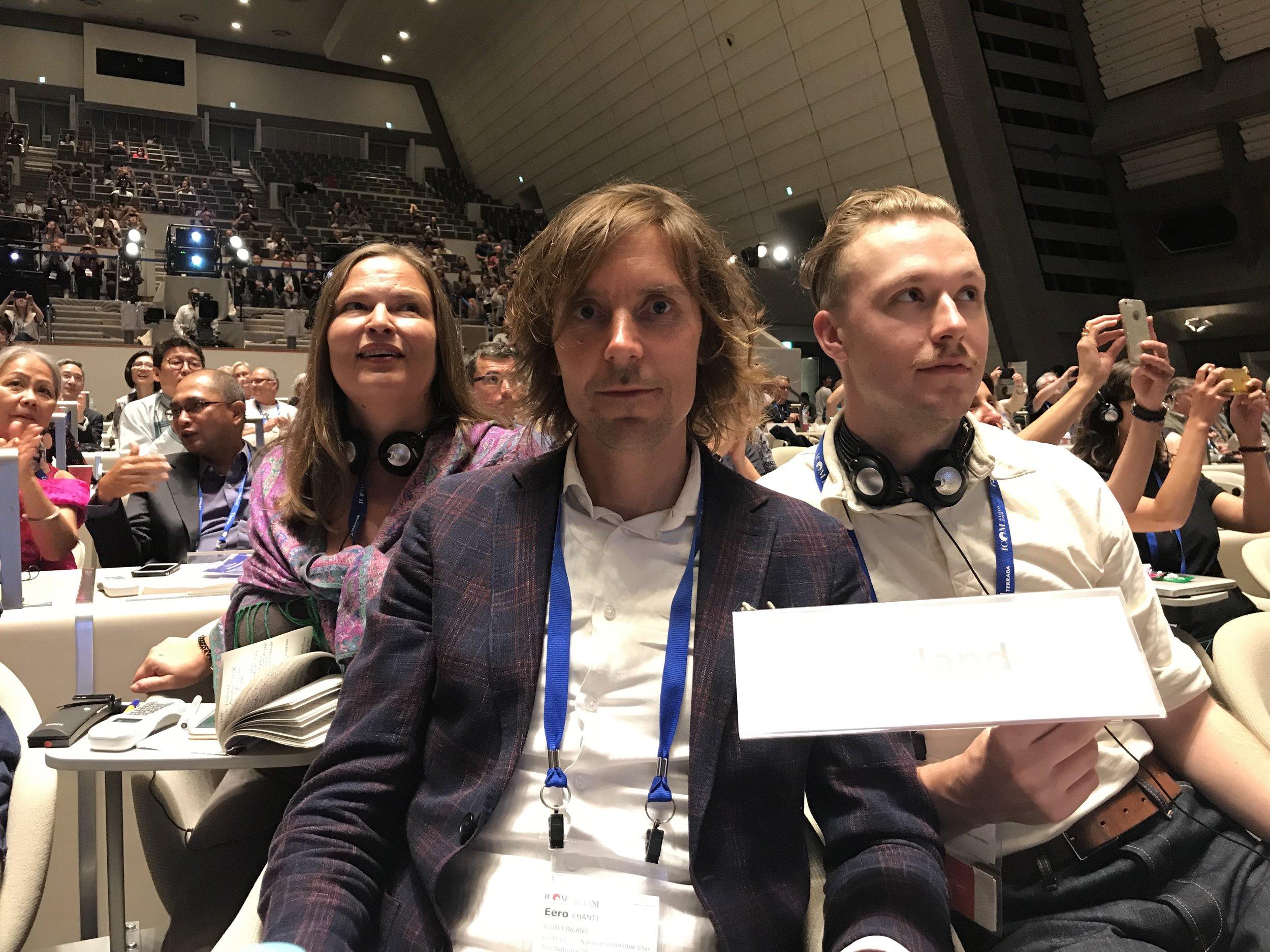 Äänestystuloksia odotellessa ikuistettiin monia osanottajia. Kuvan ottamishetkellä julkaistiin äänestyksen tulos.